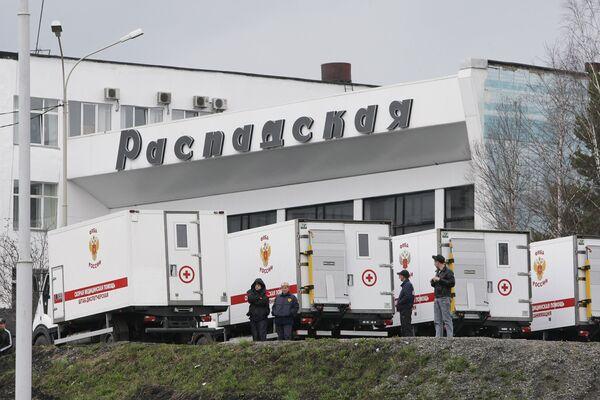 Автомобили скорой помощи у одного из зданий шахты Распадская