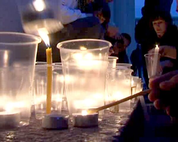 Россияне зажигают свечи в память о жертвах трагедии в Распадской