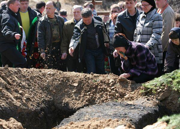 Похороны шахтеров, погибших на шахте Распадская. Архив