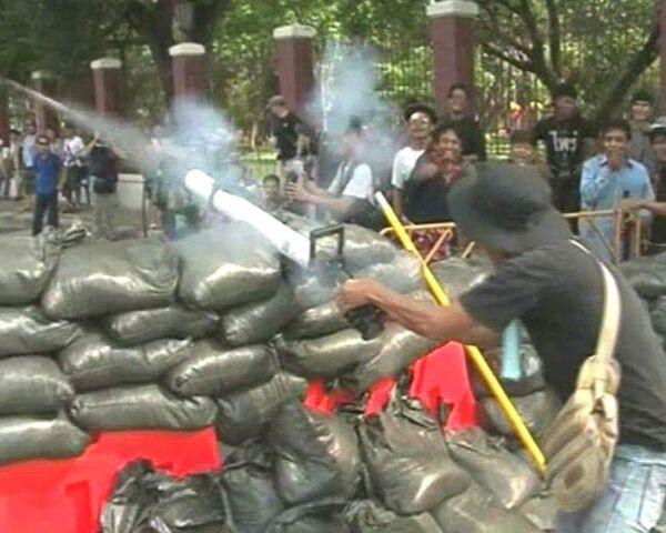 Краснорубашечники  стреляют из гранатометов в центре Бангкока