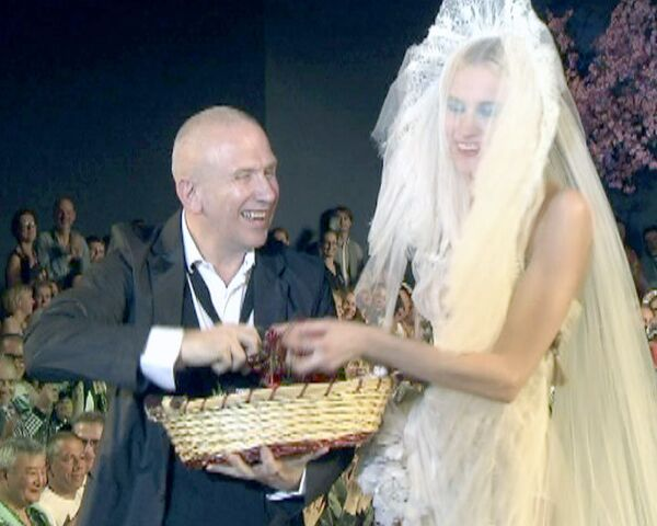 После показа мод Жан-Поль Готье забросал Казанский вокзал черешней