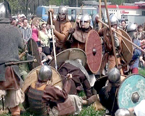 Современные викинги устроили сражение у стен Петропавловской крепости