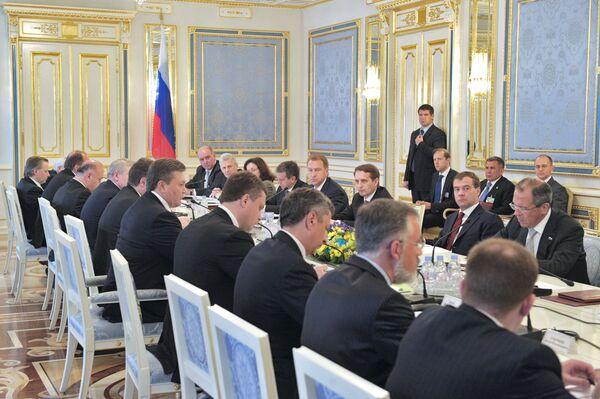 Президент РФ Д.Медведев на переговорах в Киеве. Архив
