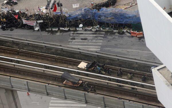 Солдаты занимают позиции на линиях воздушного метро для штурма лагеря краснорубашечников в Бангкоке