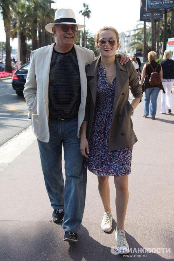 Прогулка Никиты Михалкова с дочерью Надеждой по набережной Круазетт в Каннах