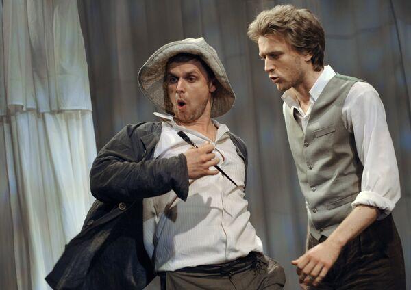 Актеры (слева направо): Антон Семкин (Николай) и Станислав Рядинский (Антон) в сцене из спектакля Братья Ч.