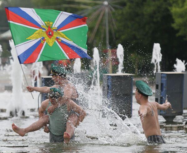 День пограничных войск России празднуют в Парке Культуры в Москве