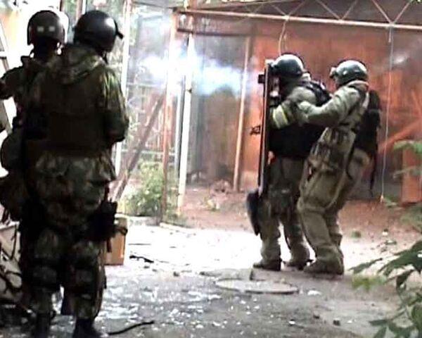 Силовики штурмуют дом с боевиками в Махачкале. Видео спецоперации