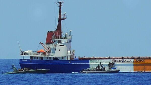 Израильские военные поднимаются на седьмой корабль флотилии с разрешения команды корабля