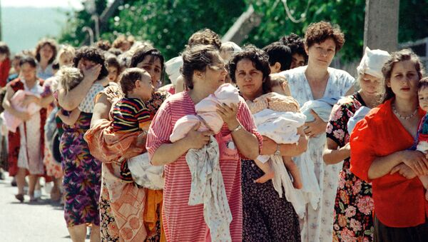 Колонна заложников из буденновской больницы после освобождения. Архивное фото