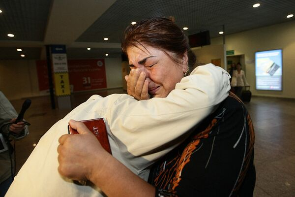 Прибытие бортом МЧС беженцев из Киргизии
