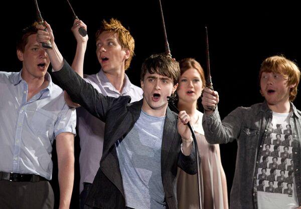 Даниэль Редклифф и другие актеры фильмов о Гарри Поттере на открытии парка развлечений Волшебный мир Гарри Поттера