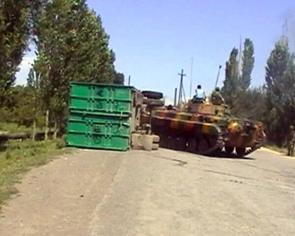 Солдаты уничтожают баррикады в узбекских районах Киргизии