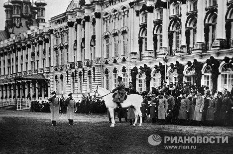 Император Николай II, верхом на лошади, принимает парад в Царском Селе