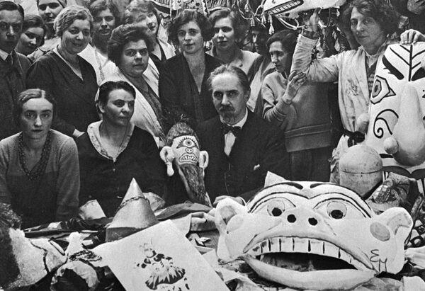 Иван Билибин среди художников и портных, выполнивших по его эскизам костюмы и маски к балету Игоря Стравинского Жар-птица.