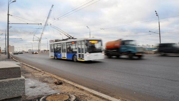 Движение по Крестовскому путепроводу в Москве