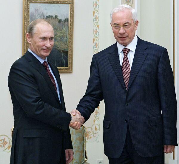 Премьер-министр РФ Владимир Путин и украинский премьер Николай Азаров. Архив