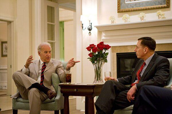 Вице-президент США Джо Байден (слева) и генерал Дэвид Петреус (справа)