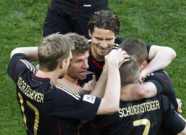 Футболисты сборной Германии праздунют гол в ворота аргентинцев в матче 1/4 финала ЧМ