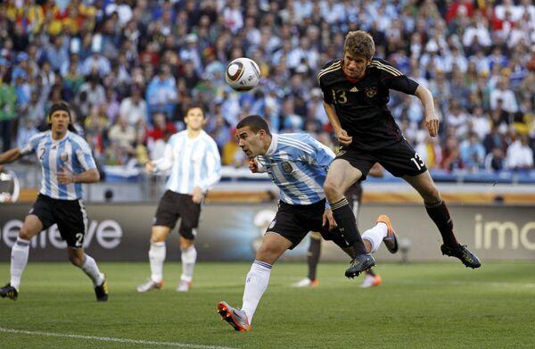 Томас Мюллер отправляет мяч в ворота аргентинцев в матче 1/4 финала ЧМ по футболу