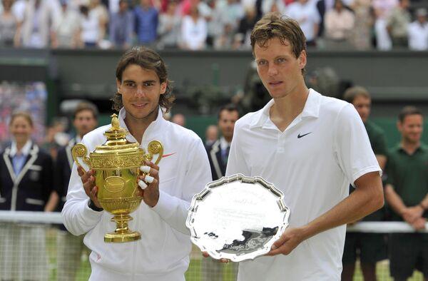 Рафаэль Надаль и Томаш Бердых после финального матча Уимблдона-2010