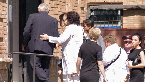 Родственники погибших детей у здания городской больницы Ейска