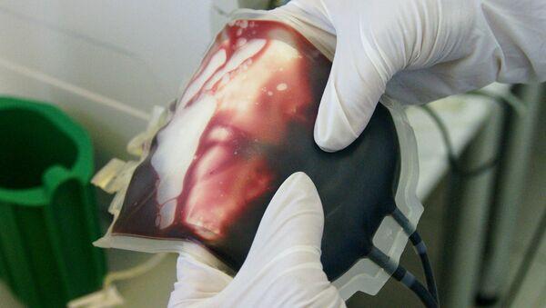В лаборатории по заготовке консервированной донорской крови. Архив