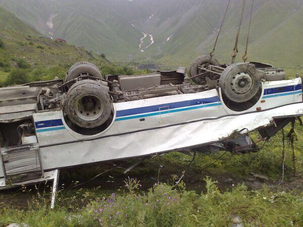 Транспортировка автобуса, упавшего 18 июля с Транскавказской магистрали