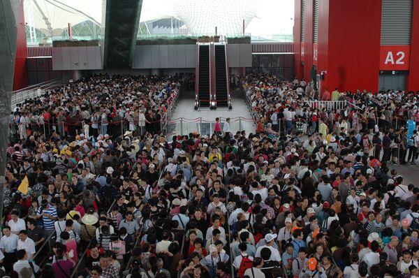 Посетители Всемирной универсальной выставки в Шанхае