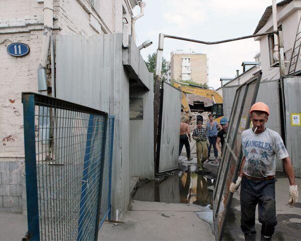 Строители отгородились от защитников усадьбы Алексеевых железным забором