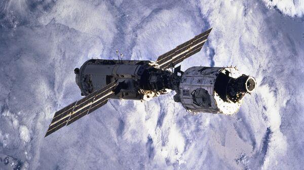 26 июля 2000 года российский космический модуль «Звезда», выведенный на орбиту двумя неделями ранее, успешно пристыковался к паре других модулей: американскому Unity и российской же «Заре».