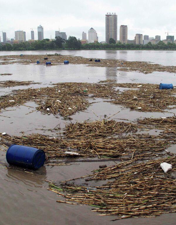 Бочки с взрывоопасными химикатами попали в приток Амура в Китае