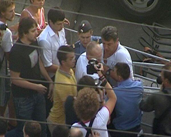 Немцова трижды задерживали на Триумфальной площади. Видео с места события