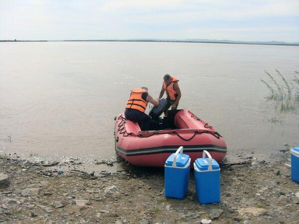 Взятие проб воды в реке Амур