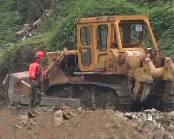 Бульдозеры расчищают завалы в поисках жертв наводнения в Китае