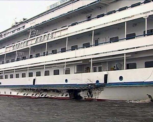 Теплоход с иностранцами столкнулся с баржей в Рыбинском водохранилище