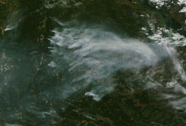 Очаги лесных пожаров и шлейфы дыма на Урале 15 августа 2010 года. Архив
