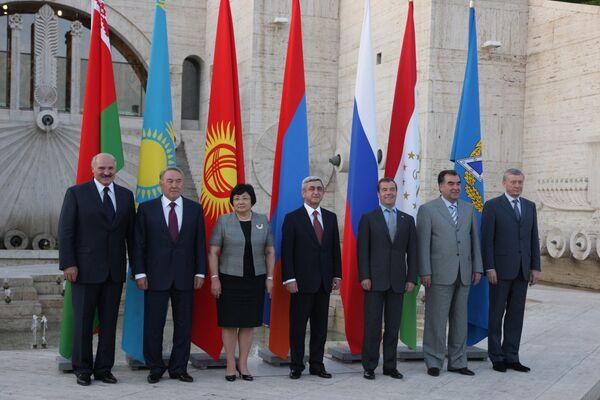 Главы государств-членов ОДКБ на неформальном саммите в Ереване в августе 2010 г.