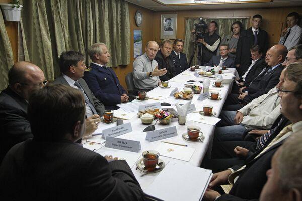Премьер-министр РФ Владимир Путин посетил большой морозильный автономный траулер Михаил Станицын