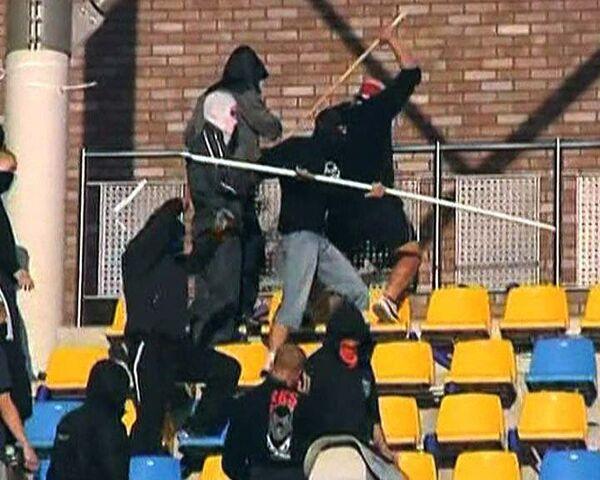 Футбольные фанаты после матча начали громить стадион
