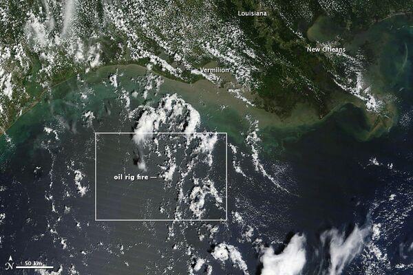Шлейф дыма над буровой платформой в Мексиканском заливе