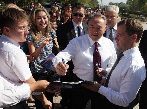 Дмитрий Медведев и Нурсултан Назарбаев посетили российско-казахстанскую выставку инновационных технологий.