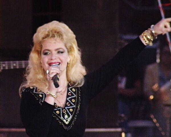 Лариса Долина исполняет мировые хиты Hey, Jude и Yesterday