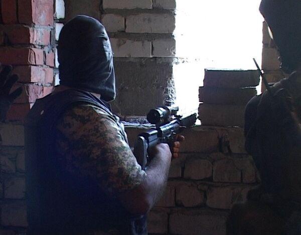 Сотрудники правоохранительных органов во время спецоперации в Махачкале.