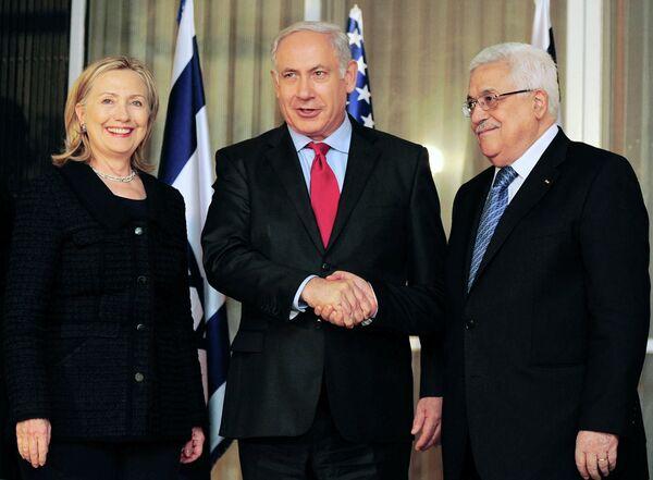 Премьер-министра Израиля Биньямин Нетаньяху, глава ПНА Махмуд Аббас и госсекретарь США Хилари Клинтон после третьего раунда переговоров