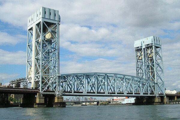 Железнодорожный мост через реку Гарлем в Нью-Йорке