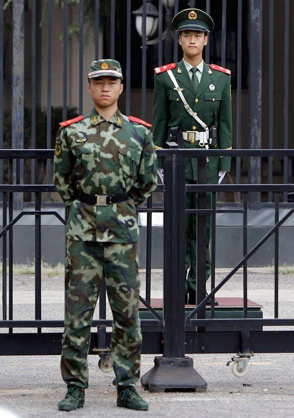 Полицейские рядом со зданием посольства Японии в Пекине