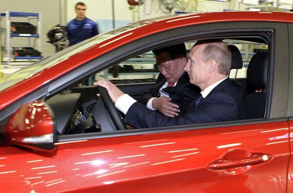 Премьер-министр РФ Владимир Путин на открытии автомобильного завода в Санкт-Петербурге