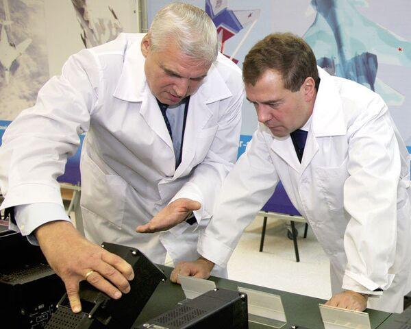 Медведеву показали умные приборы для российской авиации
