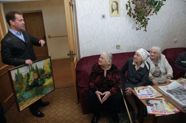 Президент РФ Дмитрий Медведев во время посещения Курского пансионата ветеранов войны и труда. Архив